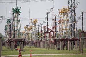 A 750 kV távvezeték fázisainak bevezetése (zöld, sárga és piros színek jelölik a három fázist)