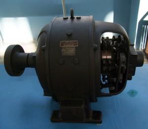 Változtatható (50/100/150 Hz) frekvenciájú feszültséget előállító gépcsoport (motor + szinkrongenerátor) eleme 1928-ból
