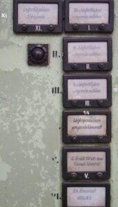 Gondosan megszerkesztett papíralapú feliratok a PC és notebook előtti időszakból :-)