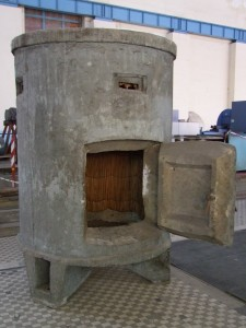 Bunker a II. Világháborúból, amely a szolgálatban lévő kezelőszemélyzetnek nyújtott védelmet
